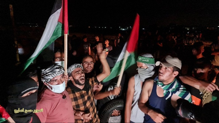 Night harassment unit activity in the eastern Gaza Strip. The operative second from the right is wearing a green Hamas military-terrorist wing headband (Twitter account of journalist Hassan Aslih, September 2, 2021).