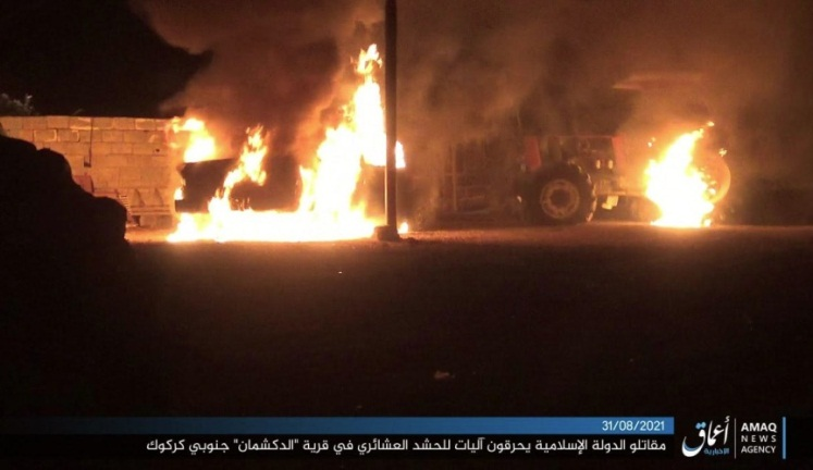 ISIS operatives setting fire to a vehicle and a house belonging to Tribal Mobilization fighters (Telegram, August 31, 2021)