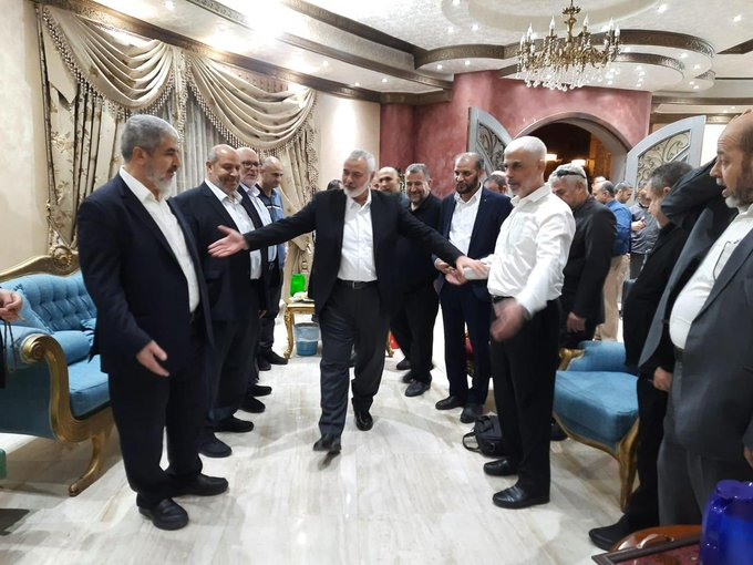 The Hamas leadership welcomes Isma'il Haniyeh when he arrives in Cairo (Twitter account of journalist Hassan Aslih, October 3, 2021).