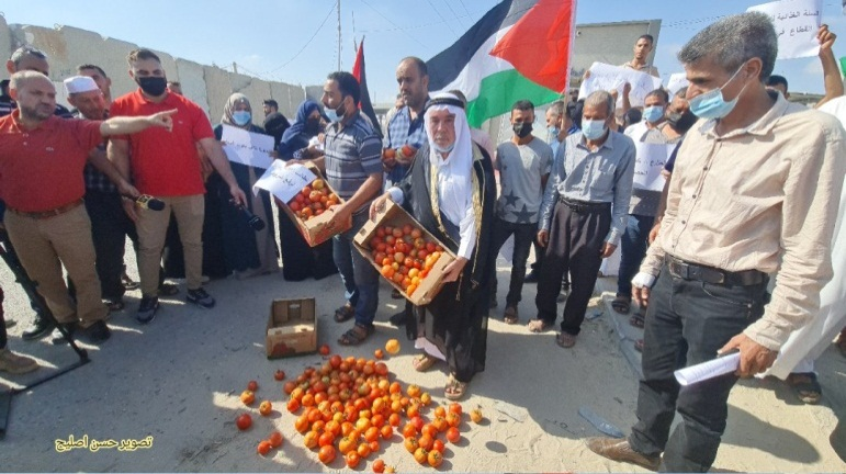 Demonstration of Palestinian farmers at the Kerem Shalom Crossing (Twitter account of journalist Hassan Aslih, October 10, 2021).